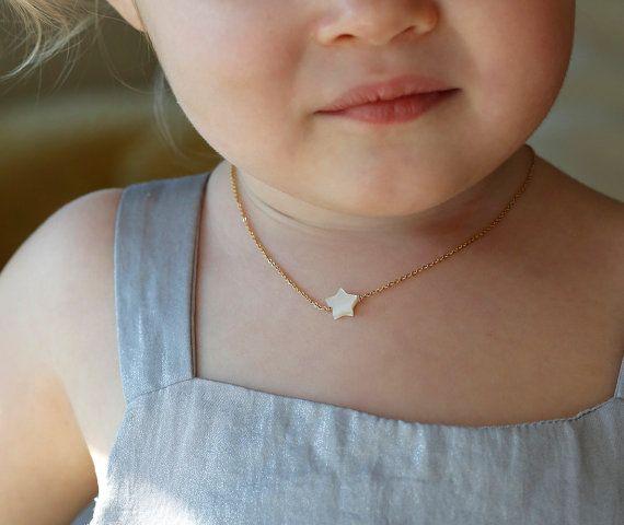 Tellement mignon!!! Collier étoile de perles pour un cadeaux de demoiselle d'honneur fille ou junior. Collier parfait pour votre petite princesse.  **************************************************************************************************  Multiples sont disponibles, contactez-nous pour lachat de quantité et de renseignements sur les prix.  Caractéristiques du collier : ★ or rempli chaîne ★ perle étoile mesure 8mm  2-07:00 »-14 »  Ce collier est un cadeau idéal pour vos petites…
