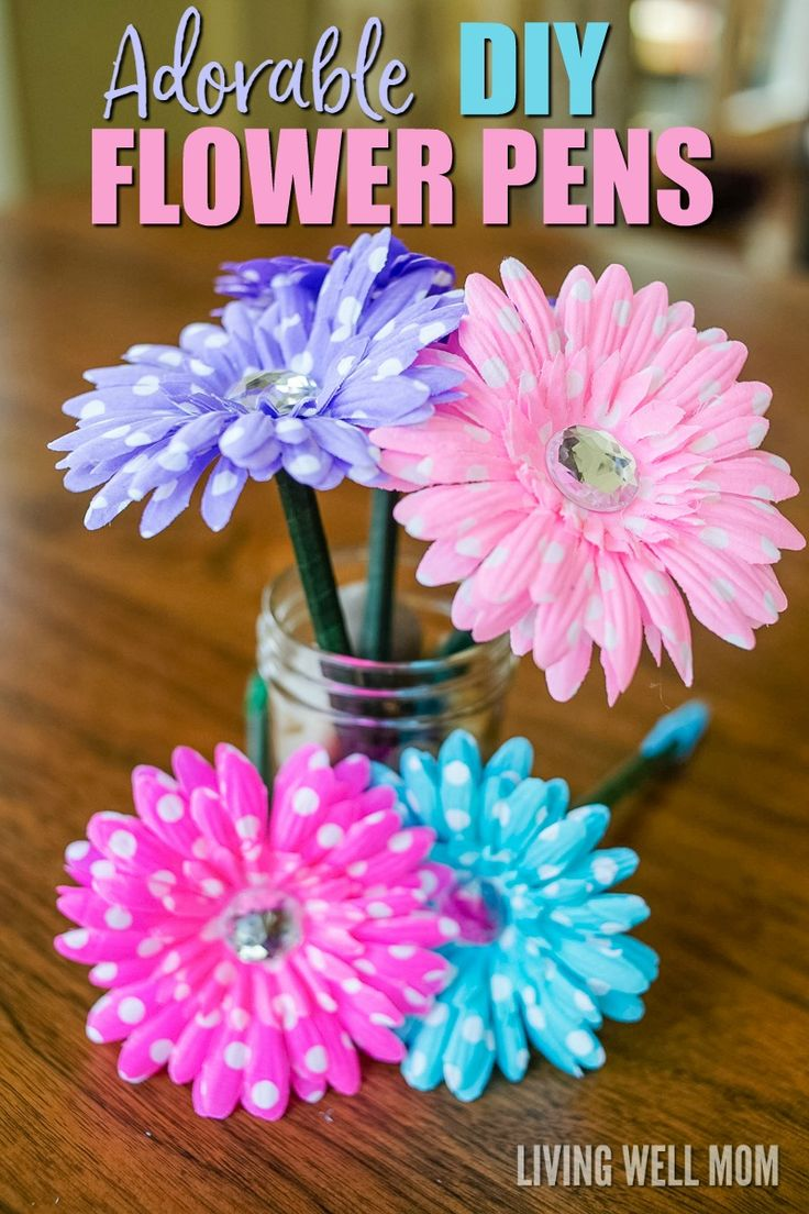 DIY Craft: If you ever wanted to know how to make flower pens, look no farther. Here's a simple step-by-step tutorial that will show you exactly how to make this fun craft! Plus DIY flower pens are perfect as homemade gifts!