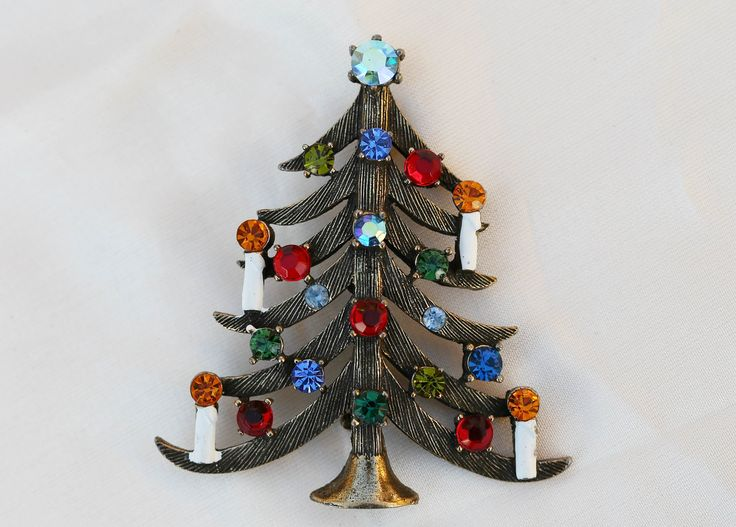 This is one of my favourite Weiss trees as it is stylish, simple and elegant at the same time. The current market value for this exquisite brooch / pin is approx. NZ$200.