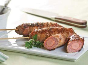 1/2 kg de carne moída 3/4 de xícara (chá) de miolo de pão esfarelado 1/4 de xícara (chá) de leite 1 cebola picada 1 ovo ligeiramente batido Sal e pimenta-do-reino 6 salsichas 6 fatias de bacon  Misture a carne com o pão, o leite, a cebola, o ovo, sal e pimenta a gosto. Enfie as salsichas em espetos ao comprido. Coloque a carne temperada em volta das salsichas. Enrole uma tira de bacon em volta de cada espetinho e prenda com palitos. Grelhe por 15 minutos na churrasqueira ou asse no forno.
