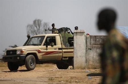 12月22日、南スーダン政府は、油田地帯の北部ユニティ州の州都ベンティウが反政府勢力によって掌握されたことを明らかにした。写真は21日、ジュバで撮影した南スーダン軍の兵士ら(2013年 ロイター/Goran Tomasevic)  ▼23Dec時事通信|政府軍、ボル奪回の構え=事態さらに悪化の恐れ-南スーダン http://www.jiji.com/jc/zc?k=201312/2013122300322  ▼23DecNHK|南スーダン 東部など戦闘続く http://nhk.jp/N4B45tUV  ▼23DecAFP|南スーダン、反政府勢力が北部油田掌握 政府軍は鎮圧へ http://www.afpbb.com/articles/-/3005536  ▼23Decロイター|南スーダンの反政府勢力、油田地帯の州都を掌握 http://jp.reuters.com/article/worldNews/idJPTYE9BM00B20131223 #Juba #South_Sudan #Sudan_del_Sur #Soudan_du_Sud #Suedsudan