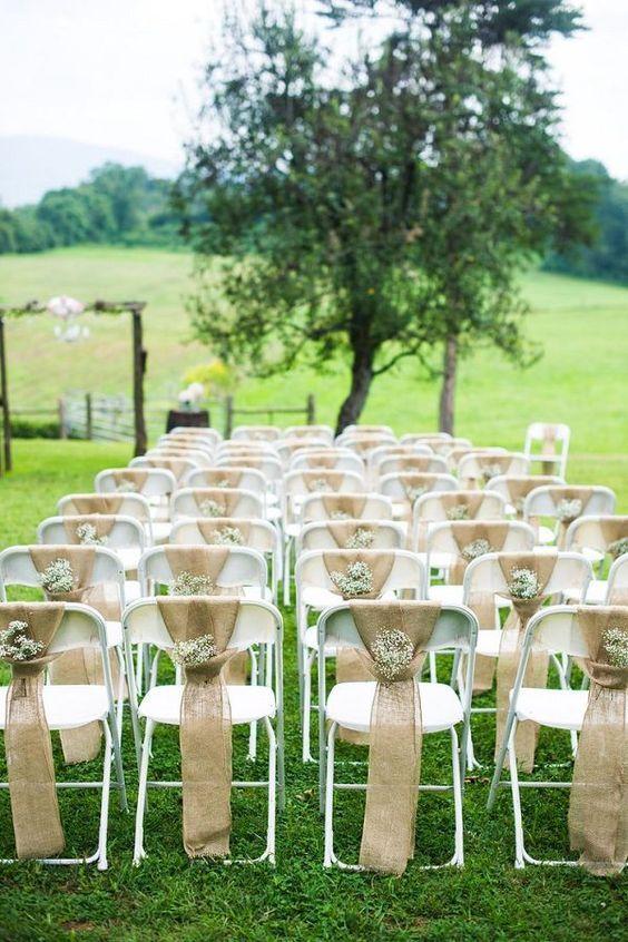 La arpillera es la tela por excelencia de la boda rústica. Puedes usarla para las bolsas de los souvenirs o para vestir las sillas de boda en forma elegante y económica.