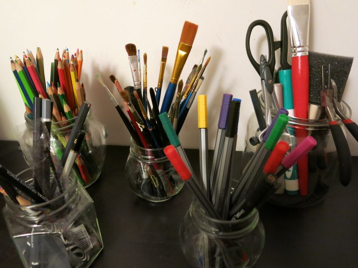 pędzle, mazaczki, kredki, długopisy, ołówki, każde w swoim słoiczku