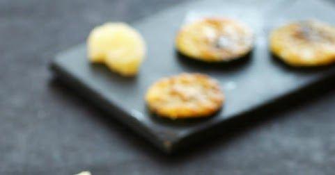 Chips de courgettes gratinées au parmesan. Un apéritif italien minute, facile et délicieux.