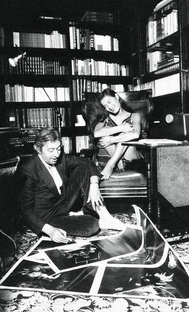 Serge Gainsbourg et Bambou dans leur appartement de la rue de Verneuil, le 14 octobre 1981