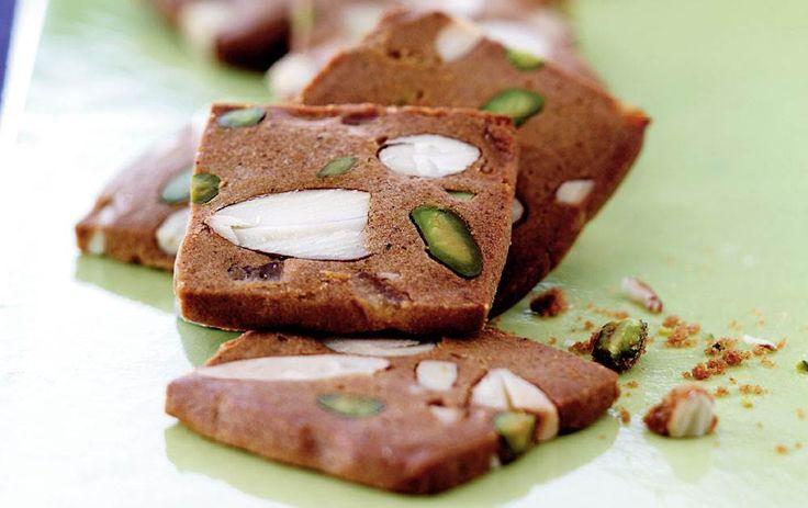 Brunkager er en klassiker blandt julesmåkagerne, der er oplagte at bage på en hyggelig søndag med levende lys i adventskransen.