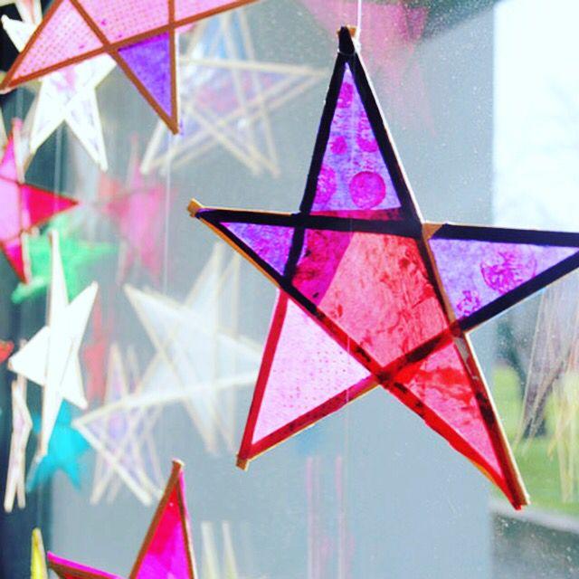 Gemaakt met roerstaafjes voor de koffie maar met ijslollystokjes die je doormidden snijdt moet het ook kunnen. Vloeipapier er over en ophangen maar! #kerstknutselen #school #kinderopvang #kinderdagverblijf #buitenschoolseopvang #bso #raamdecoratie #christmascrafts