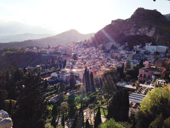 Zuerst sehe ich die Vulkane Stromboli und Ätna. Zum Paradies machen Sizilien auch die Palmen, Zitronen- und Orangenbäume, das gute Essen und die Kultur.