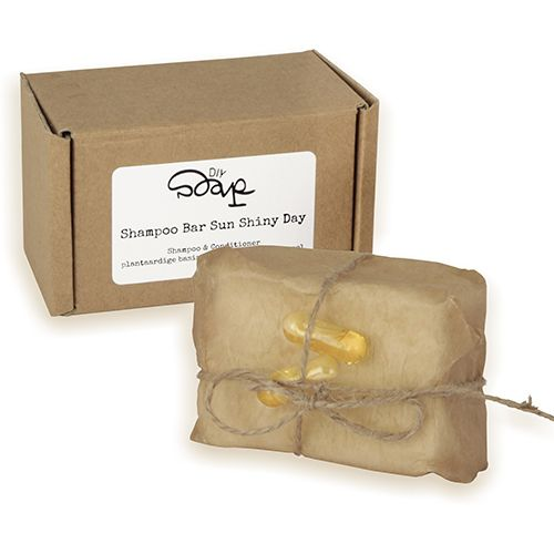 Shampoo Bar Sun Shiny Day  Hair - Moisturising Shampoo.DIY Shampoo Bar Sun Shiny Day is een vochtinbrengde shampoo in een bar waar je vrolijk van wordt! Deze shampoo bar is heel makkelijk thuis af te maken en is geweldig in gebruik. De shampoo bar bevat ingredienten van een conditioner aloe vera extract is vochtinbrengend en schuimt zeer goed. De geur van zoete sinaasappel is goed voor je humeur en verdrijft sombere buien.Na gebruik heb je geen conditioner meer nodig omdat alle verzorgende…