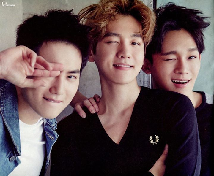 Chen (derecha), Baekhyun (en medio)