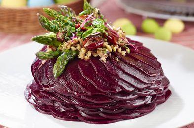 Sfecla roşie e sănătoasă şi super delicioasă! Pune-o pe masă, ca garnitură, alături de orice preparat şi sărbătoreşte sănătatea cu un tort făcut din sfecla roşie! (click pe poză pentru reţetă)