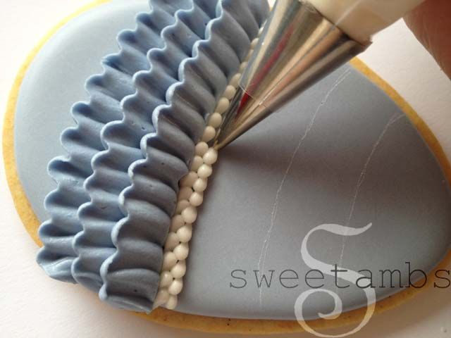 How to pipe ruffles and bead borders (Sweetambs). This would look great on the side of a cake with the beading at the top edge!