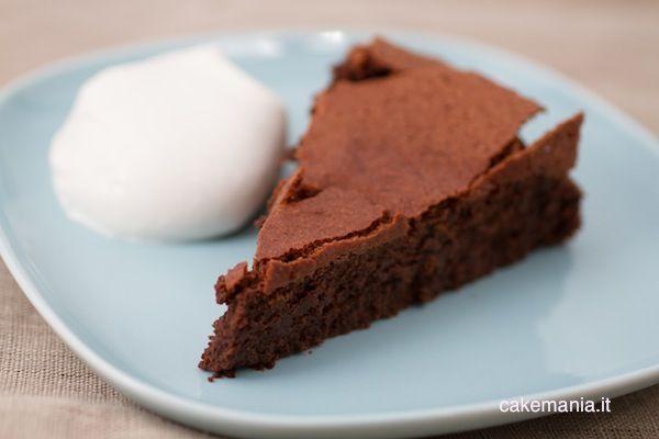 Questa torta è semplicemente divina: è spumosa, facilissima da realizzare e adatta a chi soffre di celiachia o intolleranze a qualsiasi cereale. Ingredienti: 250gr ricotta 250gr cioccolato fondente …