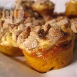 Muffin alla zucca con cuore di formaggio dolce e crumble alle noci @ allrecipes.it