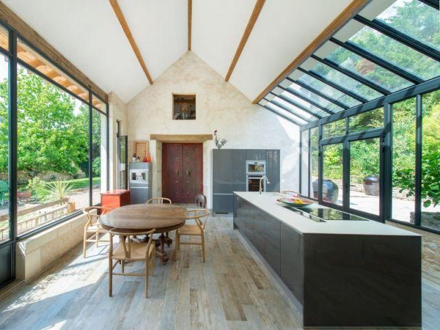 Pour réunir une maison, son annexe et une bâtisse servant de cave, une véranda de 40 m2 a été installée. La nouvelle pièce très lumineuse sert aujourd'hui de cuisine, et elle a surtout permis ... #maisonAPart