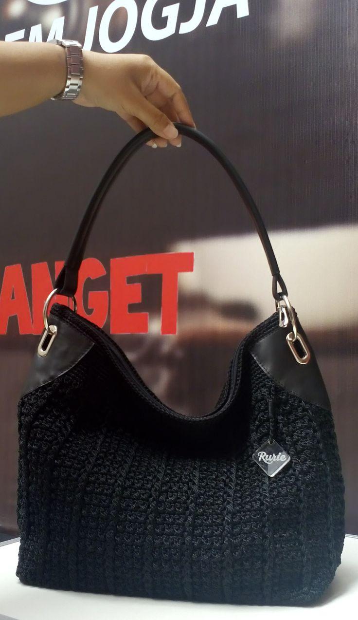 Tas Rajut yang dipadu dengan satu tali kulit dan hiasan besi dikanan kiri tas membuat tampilannya elegan...