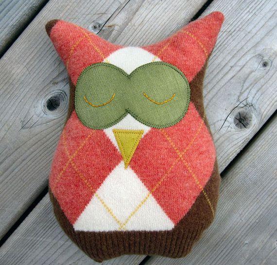 Cet oreiller de Owl Argyle est fabriqué à partir dun pull recyclé et soutenu avec un tissu de décoration vert pomme. Un cadeau parfait pour nimporte qui !  Juste la bonne taille pour les petites mains, ou parfait pour adorer cette plaine à la recherche de canapé. Cet ami à plumes sélève à 10 de haut et 8 de large.  Fait avec amour dans ma fumée gratuit home studio, lavant main est 100 % laine, le dos est le tissu de décoration et est farci de remplissage en fibre polyester.  http://...