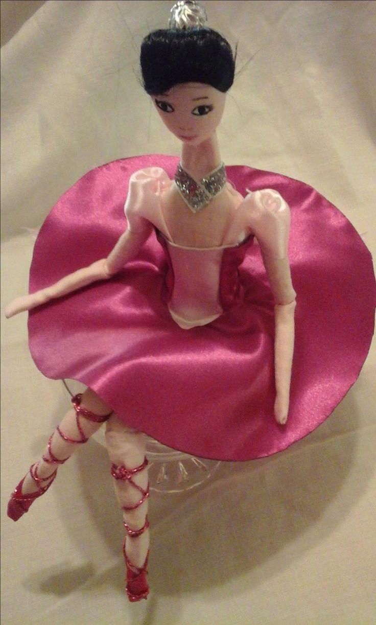 doll collection Rosi Bambola di stoffa o di pezza(rag doll) cucita e dipinta a mano alta 15-16cm seduta vestita di nastri seta e raso, bomboniera con portaconfetti sotto la gonna realizzata pezzo unico