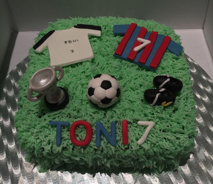 Toni tiene el corazón partido entre el Barça y el Madrid así que el pastel lleva de los dos y lo que más me gusta es la copa y el balón  Con corazón de chocolate 😋 De que será el próximo....