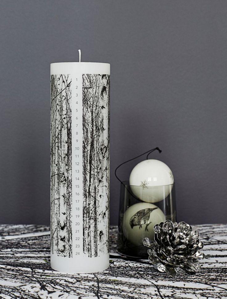 Elegantní vánoční ozdoba v podobě stříbrné borové šišky