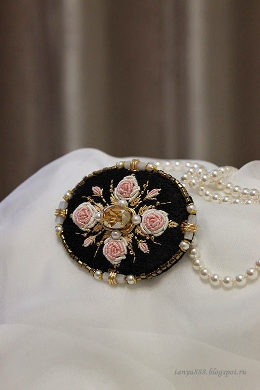 Две броши с розочками, в одной цветовой гамме. Мне очень нравится эта расцветка.     Эти розы у меня ассоциируется с Жостовским ...