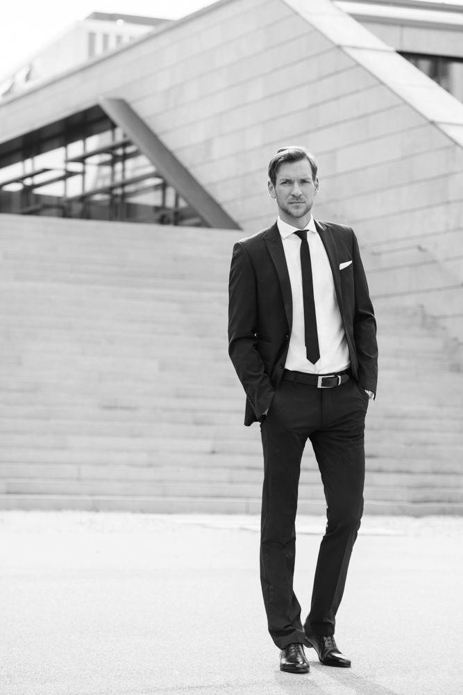 Business Portrait | Inspiration für ausdrucksstarke Businessfotografie | Inspiration Pose für ein Fotoshooting in dem Deine Persönlichkeit rüber kommt. Achte bei der Wahl Deines Fotografen darauf, dass er Dich und Dein Business versteht und beides in einem Bild perfekt vereinen kann, damit Du eine schöne und aussagekräftige virtuelle Visitenkarte erhältst. Businessfotografie Männer ~  Idee für Webseite, Blog Porträt oder Bewerbungsfoto