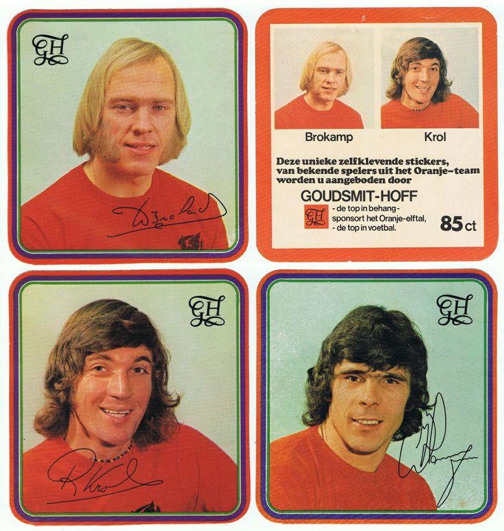 Stickers bij behang van Goudsmit Hoff. 1974. Met o.a. Willy - bakkebaard - Brokamp.