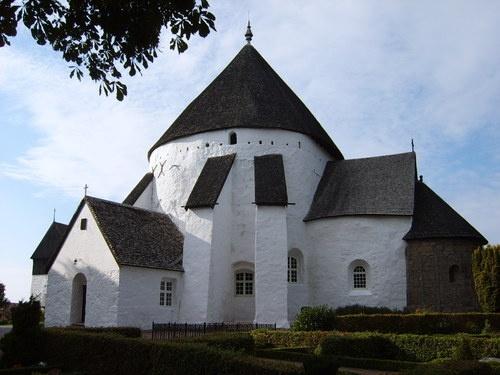 Den runde Østerlars Kirke på Bornholm er den største og ældste af Danmarks syv rundkirker. Middelalderens rundkirker blev formentlig bygget med forbillede i rotunden i Gravkirken i Jerusalem.