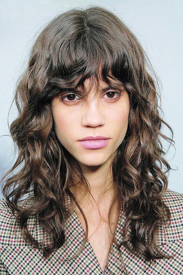 Tendência capilar: cabelos cacheados. Se inspire com as madeixas de Antonina Petkovic.