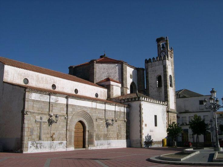 Plaza de la Constitución e Iglesia de Nuestra Señora de los Milagros. Se encuentra junto al Dístilo Funerario Romano. Posee varios estilos arquitectónicos porque aunque data del siglo XIII ha sufrido remodelaciones en el XV y el XVII