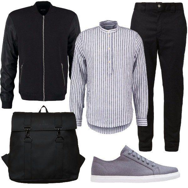 Outfit da uomo formato da una camicia in lino e cotone a righe, un pantalone modello chino in nero e un bomber in nero. Il look si completa con un paio di sneakers in tessuto grigio e uno zainetto capiente in nero.
