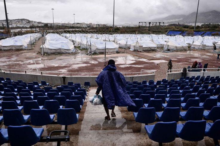 Grecia, profughi nello stadio olimpico abbandonato: le tende nel campo da baseball