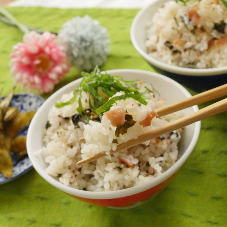 材料ふたつで絶品!梅干しとわかめの炊き込みご飯 - macaroni