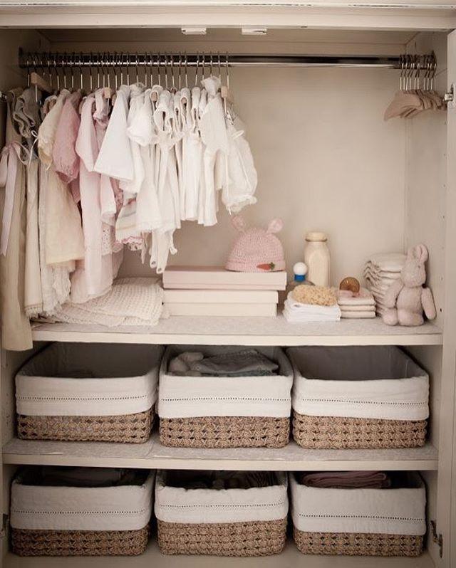 Armário de menina organizado com as roupinhas conforme o tamanho. Os cestos servem como gavetas e ajudam na setorização.