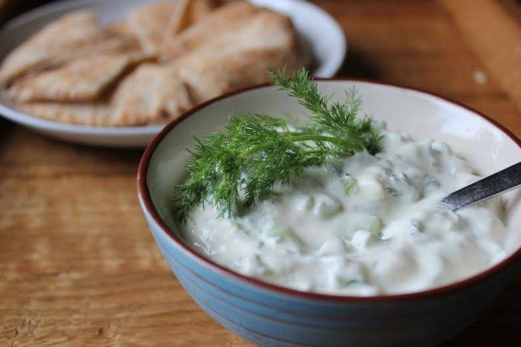 Hoje viajamos pelo Mediterrâneo até à Grécia... Vamos experimentar este delicioso molho de iogurte e pepino? #Tzatziki #receitas #pratodomundo #pratointernacional #Grécia #molho #iogurte #pepino