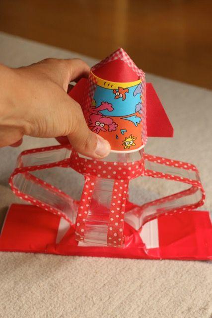 紙コップとペットボトルで、ロケット&発射台を作りました。土台には安定するように牛乳パックをくっつけました。 このように、ぐっと押して飛ばします。 材料: 500mlペットボトル1本(四角い形のものが作りやすいです。) マ …