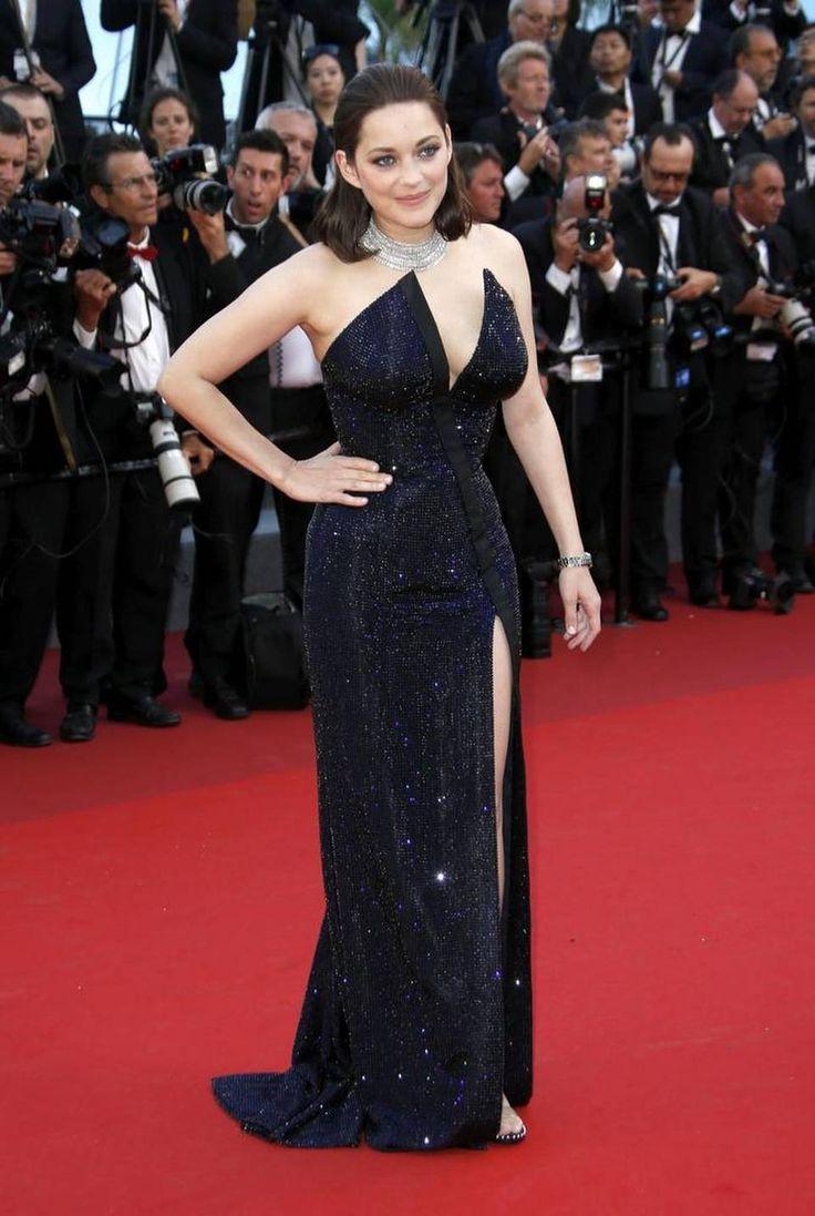 La actriz francesa Marion Cotillard posan a su llegada a la ceremonia por el 70º aniversario del Festival Internacional de Cine de Cannes (Francia) el 23 de mayo de 2017.