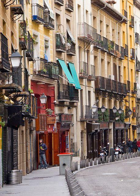 Una calle tradicional y clásica del centro de Madrid. #Madrid  Calle de la Cava Baja