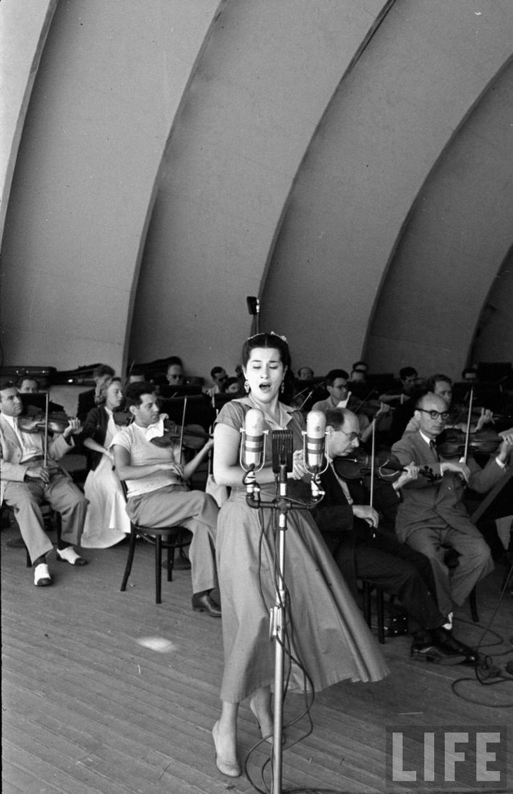 Yma Sumac (Peter Stackpole. 1950)