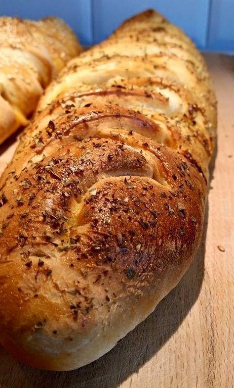 """Dessa bröd heter """"pizzabröd"""" hemma hos oss för att det är just vad dom är. Fyllda bröd med smak av pizza, tomatsås, riven ost och annat gott i dem. Man fyller dem med precis det man själv tycker"""