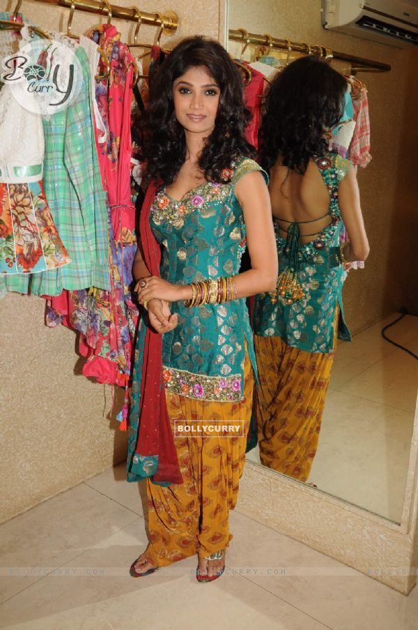 Neeta Lulla Style Ratan Rajput at Santacruz. .
