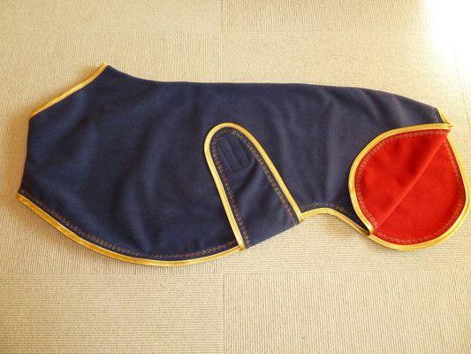 Windhundmantel aus Sandwich-Fleece, 100% winddicht und nahezu wasserdicht, elastisch, eingefasst und bestickt