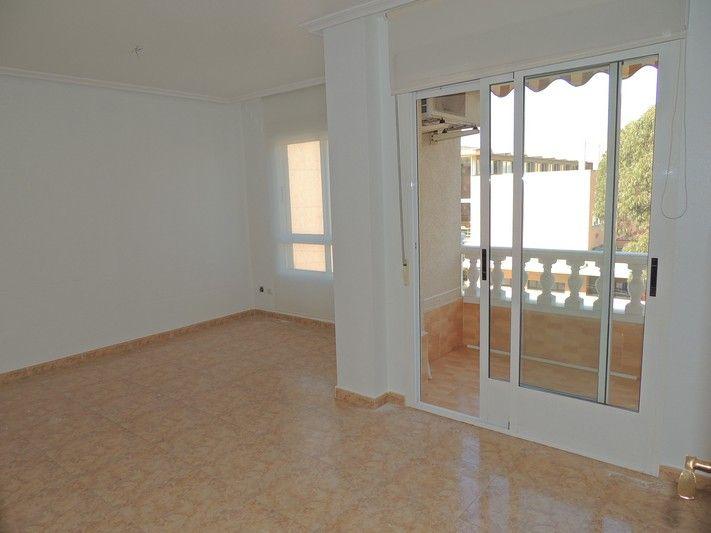 REF 626 : Mooi 3 slaapkamer appartement in Guardamar del Segura   Echt een unieke kans, zo'n ruim appartement voor dit bedrag in Guardamar del Segura!Dit mooie appartement beschikt over 3 slaapkamers en 2 badkamers. Daarnaast is er een grote lichte en zonnige woonkamer met toegang tot het balkon. Vanaf het balkon heeft een mooi uitzicht over de omgeving. Relatief ruime keuken (apart) met een raam erin. Het appartement is 84 m2 en het balkon 5 m2.