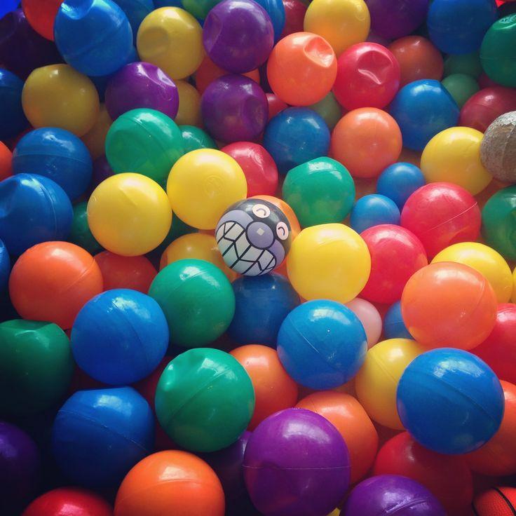 キッズプレイルームのボールプールの中で満面の笑みを浮かべているばいきんまん。どんなに押し潰されてもヘッチャラスマイルが好きだ。#キッズ #プレイルーム #ボール #プール #ばいきんまん #スマイル #アンパンマン #カフェ #ギャラリー #ヘアサロン #立川 ガレリアサローネ #kids #play #room #ball #pool #colorful #havefun #anpanman #baikinman #smile #cafe #gallery #hair #salon #tachikawa #tokyo galleria_salone #haveaniceday