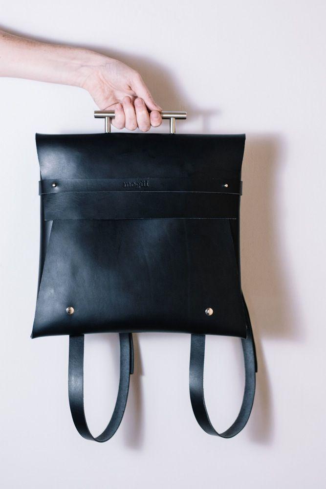 Mochila en cuero negro con asa metálica, convertible en cartera de mano.Medidas 32x32cm. Hecha a mano.