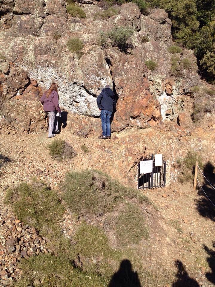 Osservando i basalti a pillows nel sito preistorico