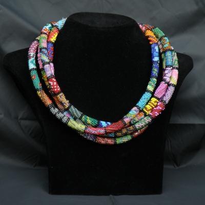 Un collier en crochet perlé. On peut sans doute faire similaire en Ndebele ou Ndebele twisté ???