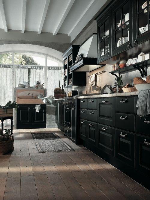 Hyvin musta keittiö.