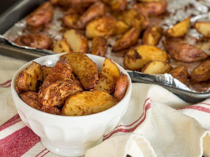 Хрустящий и ароматный жареный картофель в духовке http://bigl1fe.ru/2017/10/29/hrustyashhij-i-aromatnyj-zharenyj-kartofel-v-duhovke/