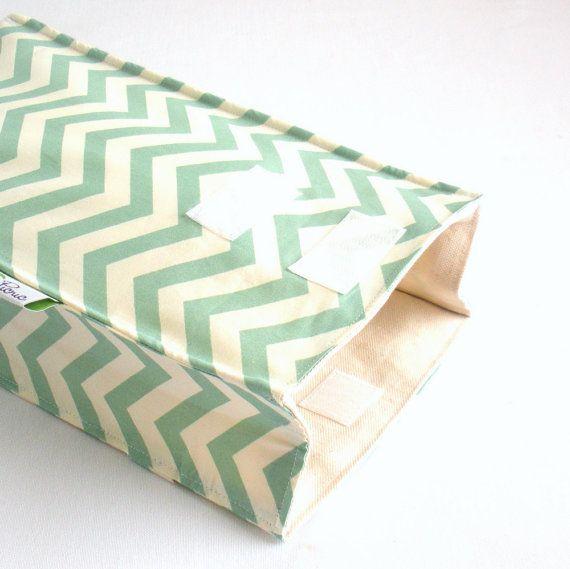 Notre sac à lunch isolé purement organique coton gardera votre cool vos sandwichs et vos soupes au chaud ! Soigneusement conçu pour convenir à tous les âges, de tout-petits et les enfants d'élémentaire à pointilleux ados et adultes élégants.  Caractéristiques : ~ Bon pour vous et bon pour la planète ! ~ Isolé avec de l'ouate de coton bio ~ Style « Sac marron » est facile à ouvrir et fermer ~ Poignée cachée à l'arrière pour faciliter le transport ~ Look élégant et simple qui est idéal pour…